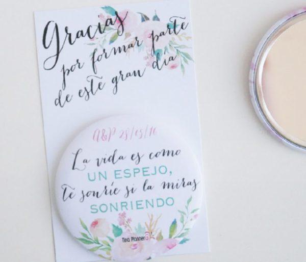 Detalle invitados original boda espejo flores