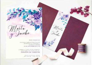 Invitación de boda color violeta sobre lila