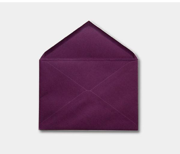 sobre color violeta para invitacion de boda