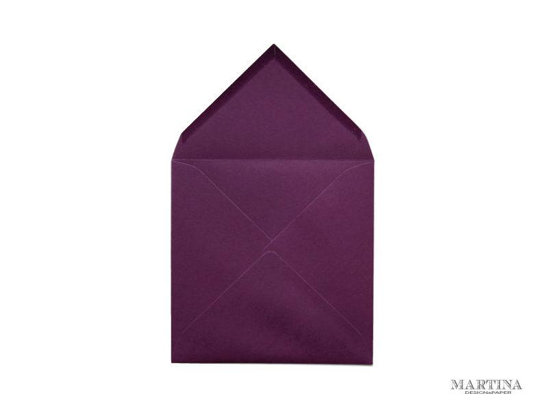 Sobre cuadrado para invitaciones de boda violeta