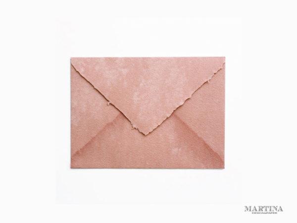 Sobre artesanal para invitación de boda rosa viejo
